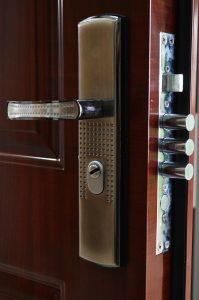 viacbodovy zamok dverí